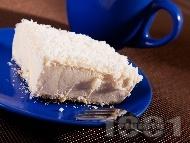 Рецепта Домашна сладоледена торта с блат от бисквити, течна сметана, крема сирене и кокосови стърготини